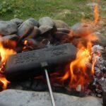Tosti bakken boven kampvuur tijdens bushcraftkamp