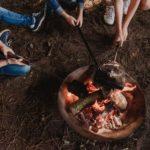 eten koken boven kampvuur tijdens bushcraft zomerkamp