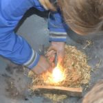 vuur maken met firesteel bij bushcraft zomerkamp