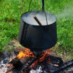soep maken boven kampvuur bushcraft zomerkamp