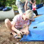 tarp bouwen tijdens bushcraft zomerkamp
